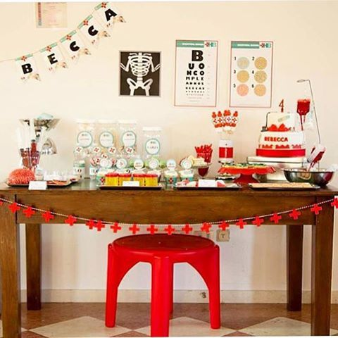 Tema Médico para uma menininha de quatro anos, amei a criatividade e o charme clean da festa! Adoro festas originais, sempre divertidas! Decoração by @tempodifesta #regram @catchmyparty ❤️ #kikidsparty