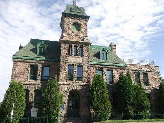 vieux bureau de poste(construit en 1905) Old post office(built in 1905)