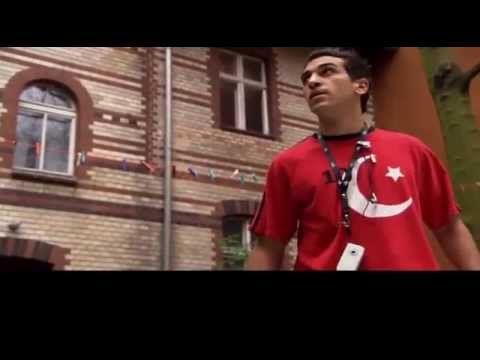 Türkisch für Anfänger Staffel 1 Folge 1 Ganze Folge . Türkisch für Anfänger Staffel 1 : https://www.youtube.com/playlist?list=PLLIS4JuJ68c69xp88llybtCsUyVS-Z...
