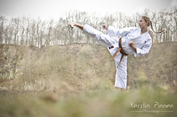 Outdoor Karate-Fotoshooting. Weibliche Karateka, Braungurt, 1. Kyu mit Yokogeri. (c) Kerstin Pinnen Photodesign
