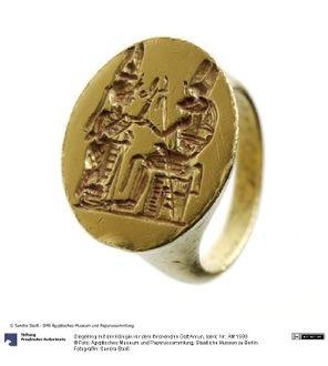 Siegelring mit der Königin vor dem thronenden Gott Amun