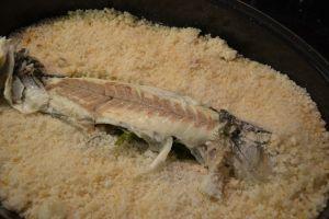 Beim Filettieren aufpassen, dass möglichst wenige Salzkörner auf die Teller kommen, das beisst sich unangenehm