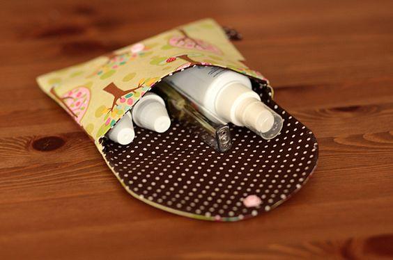 Kleines Täschchen für die kleinen Notfälle. Hier ist Platz für zwei Globulifläschchen, Pflaster etc.  Die Fläschchen sind fest mit einem Gummiband ges