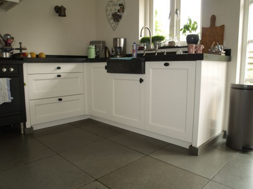 Vri interieur landelijke keuken klassiek wit met houten laden ...