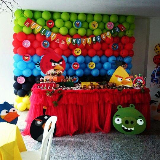 Mesa e painel do aniversário do Ian com o tema Angry Birds.