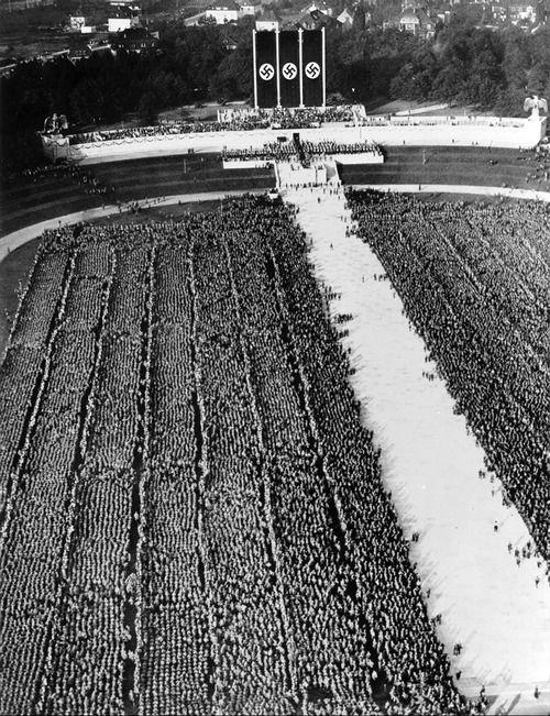 Nuremberg Concentración nazi de 1935. la manifestaciónes anuales del Partido Nazi en Alemania, se produjeron entre 1923 y 1938. Se pretendía simbolizar la unión entre el pueblo alemán y el Partido Nazi. Cada año acudía más personas, que finalmente llegaron a más de medio millón procedentes de todos los sectores del partido, el ejército y el Estado. A cada acto se le daba un título programático, que hacía referencia a los acontecimientos nacionales recientes.