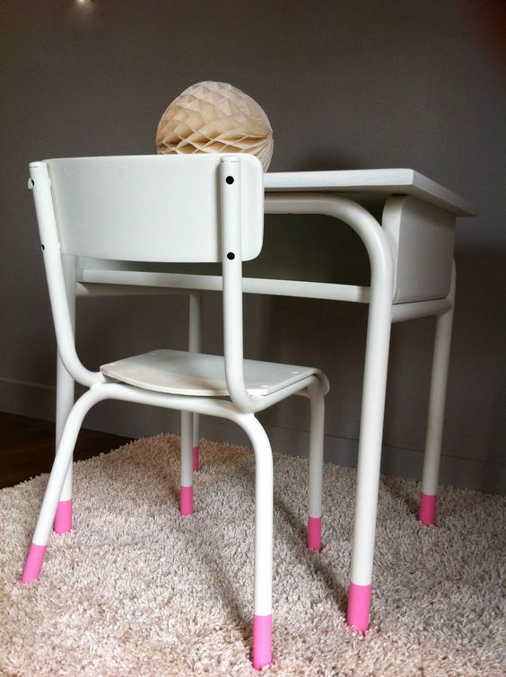 Vintage kinderstoeltje en -bureautje met leuk detail: roze pootjes - Des idées douces