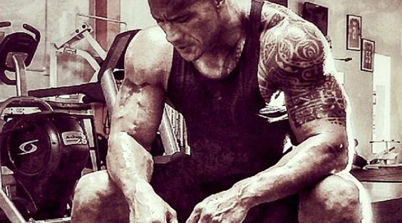 Damit deine Bemühungen für einen attraktiven Muskelaufbau auch Früchte tragen, musst du die wichtigsten Grundsätze der Hypertrophie kennen. Es ist leicht gesagt, Bodybuilding sei Kunst und Wissenschaft zugleich. Symmetrische Muskeln und das richtige Posieren sind die künstlerischen Aspekte, aber was ist mit der Wissenschaft?