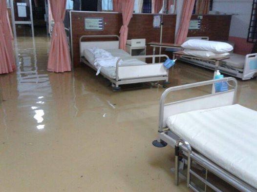 Kisah Mangsa Banjir Yang Terperangkap, Mereka Sangat Memerlukan Bantuan  Sekarang generator sudah kehabisan minyak. Seluruh hospital bergelap, lampu kecemasan menyala di sesetengah bilik. Tadi kami intubate baby dalam gelap...SpO2 drop sampai 18,...