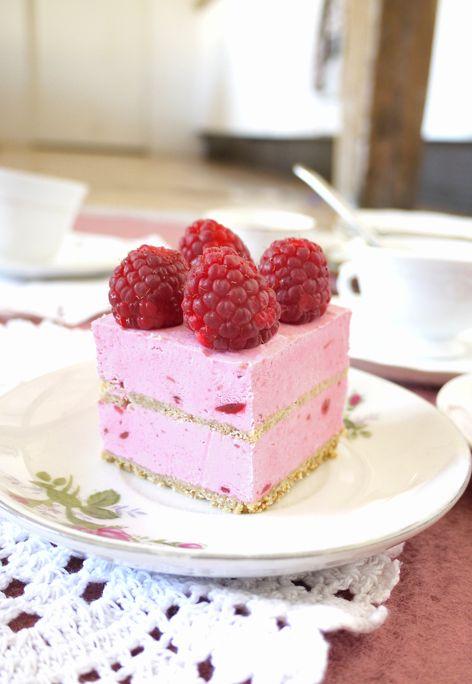 MOUSSE FRAMBOISE ET BISCUIT CROQUANT. Gâteau testé le 21/11/014 pour l'anniv. de Mouton, aux fruits rouges : EXTRA ! Et refait pour l'anniversaire de Lisa en mai 2015, toujours autant apprécié !