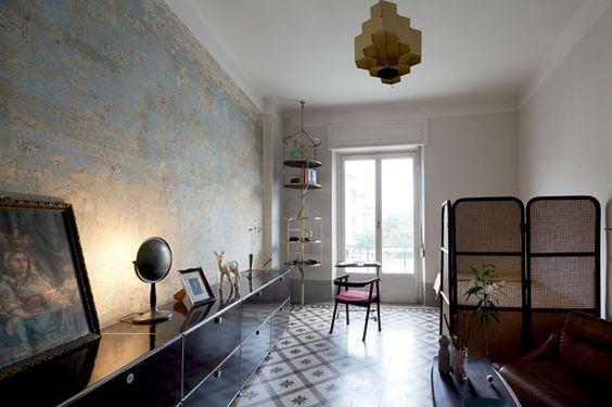 Sobre o piso original dosanos 1940, um só ambienteconcentra living, quarto(isolado por biombo) eescritório (junto à janela),onde predom...