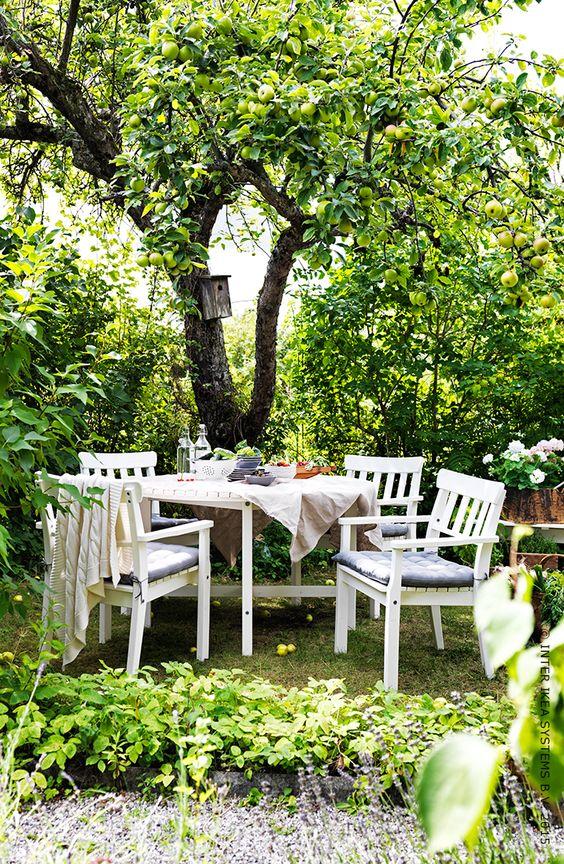 A table, sous les arbres. série ÄngsÖ #ikea #jardin #terrasse ...