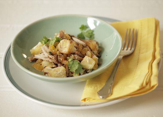 Salada de pernil com abacaxi | #ReceitaPanelinha: Que tal unir pernil com abacaxi de um jeito sofisticado? A fruta é dourada na frigideira e misturada com o molho à base de shoyu. E ainda leva uva passa: tem ácido, doce, salgado…