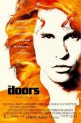 Uma das mais sensuais e excitantes figuras da história do rock explode nas telas em The Doors, um filme eletrizante sobre o homem, o mito, a música e a magia que foi Jim Morrison. Morrison (Val Kilmer), Um poeta disfarçado na pele de um astro do rock.