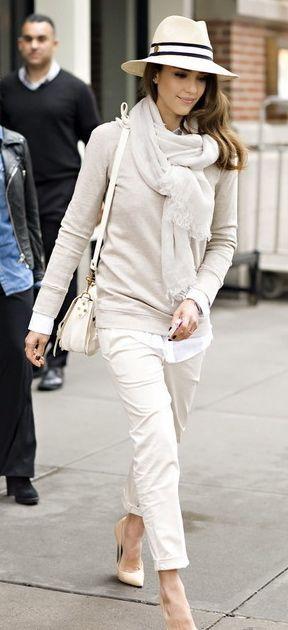 Ella lleva Los pantalones , la bufanda y el sombrero . Ella estilo es elegante