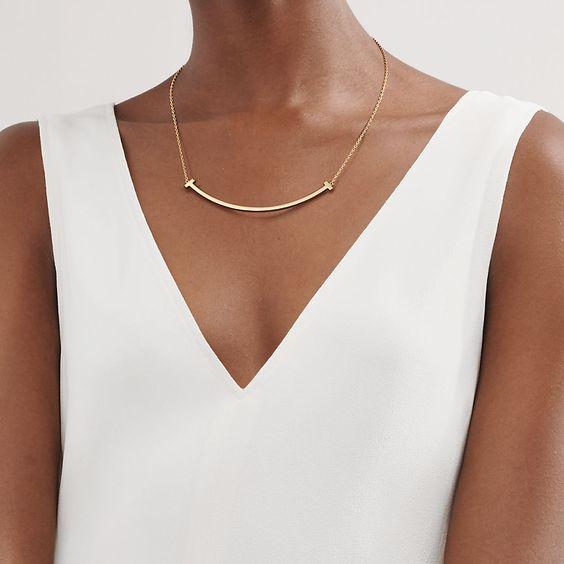 Tiffany T ultra smile pendant in 18k gold. | Tiffany & Co.
