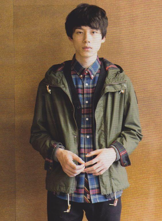 カーキ×チャックシャツコーデの坂口健太郎のファッション