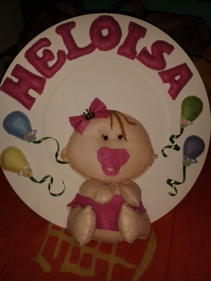 Receba seu bebê com um lindo enfeite para porta de maternidade! Bebê e nome em feltro R$ 85,00