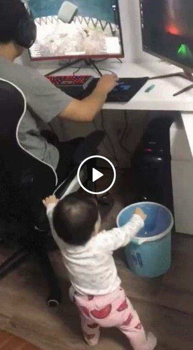 Menino fica inquieto ao ver pai Jogando.
