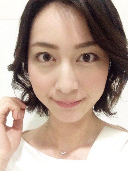 白いブラウスを着ているショートボブの小川彩佳のかわいい画像
