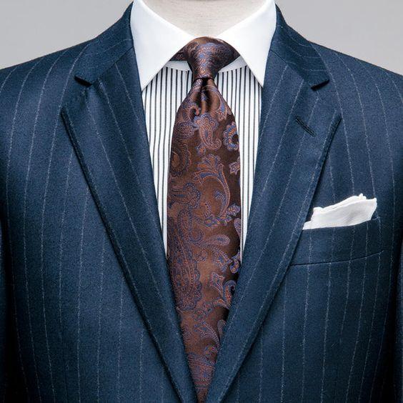 紺ストスーツに身頃ストライプのクレリックシャツという端整な組み合わせに、ペイズリータイで今風のインパクトを効かせた。感度の高さも演出できる装いゆえ、仕事のここぞという場面で試したい。紺×茶の王道の色合わせもより格調高く映る。チーフ:スタイ…
