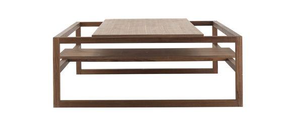 Main Square ist ein Couchtisch, der unzählige Variationsmöglichkeiten bietet – die einzige Konstante ist das Gestell. Variieren Sie ganz nach Wunsch die Anzahl der Tischplatten aus Holz – mit zweien haben Sie eine große Tischoberfläche, während eine allein einen leichten und offenen Eindruck erzeugt. Und wählen Sie zwischen verschiedenen Holzarten: Sie entscheiden selbst, ob Sie sie mischen wollen oder nur eine einzige bevorzugen. Lassen Sie also Ihrer Phantasie freien Lauf.