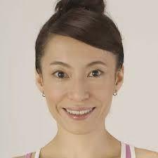 Mare Profondo: 28 giorni per rimodellare il viso.Sat Nam!! In questo post ti voglio motivare a fare yoga per il viso per 28 giorni per rimodellarlo e farlo tornare la sua perfezione. Io credo che praticando yoga face possiamo mantenere il nostro viso libero di rughe, sodo, giovanile, e sereno. Da un tempo ho trovato questi video fatti da Fumiko Takatsu, creatore del metodo di yoga per il viso-yoga face.
