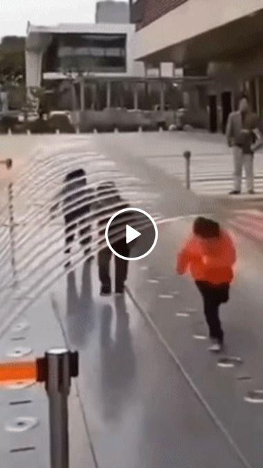 Bebê tenta atravessar arco de água
