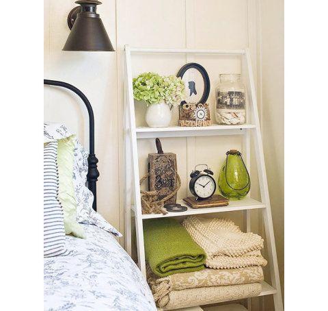 Para sair do comum no quarto, aposte em peças como bancos, escadas, e móveis vintage e modernos.
