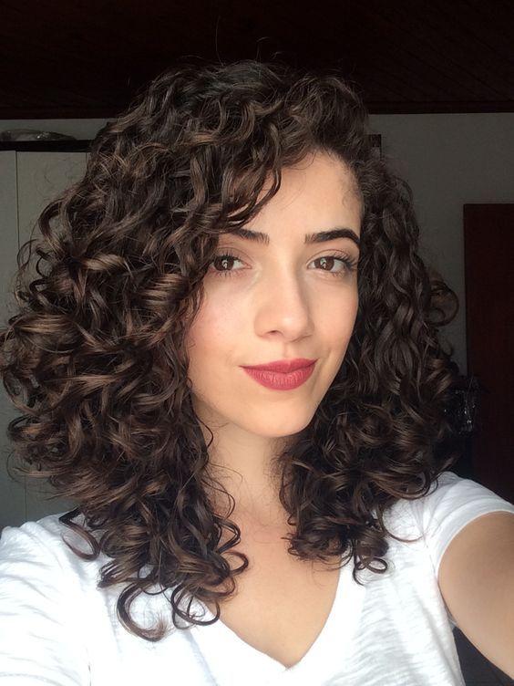 Maravillosos Peinados Con Rizos Que Te Harán Lucir Muy Bien Cabello Rizado En Capas Cabello Mediano Rizado Cabello Medio Rizado