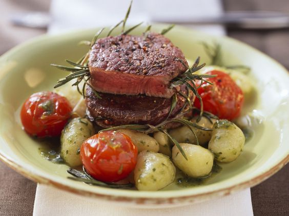 Ein wahres Festmahl! Straußenmedaillons mit Kartoffelgnocchi und Rosmarin - smarter - Zeit: 30 Min. | eatsmarter.de