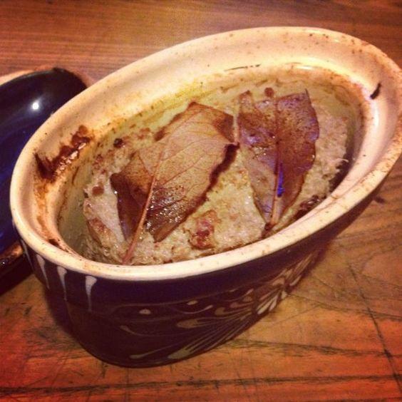 Terrine de pâté de lapin maison. Le reste a été préparé en pots pour être stérilisé.