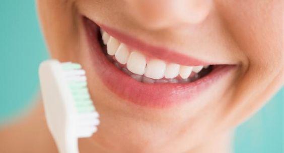 Une recette de dentifrice très efficace pour blanchir les dents, tonifier mes gencives et rafraîchir votre haleine d'une manière naturelle et saine