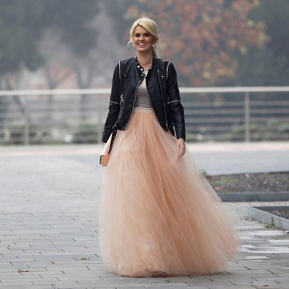 La presentadora Adriana Abenia se ha casado este viernes vestida de princesa rockera. Ha dado el Sí, quiero por lo civil en Zaragoza a su novio de todala vida, Sergio Abad. #adrianaabenia #boda #amorincondicional: