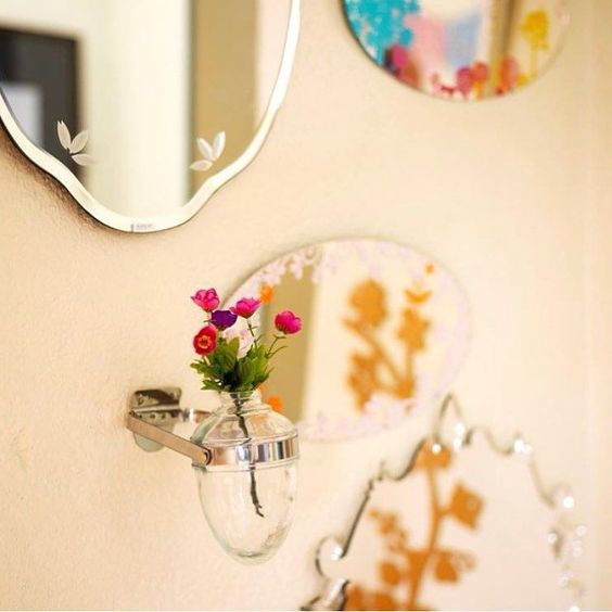 Vaso saboneteira e espelhos da loja! Venha conferir nossos produtos e deixe sua casa ainda mais bonita. Produtos disponiveis tambem pelo http://ift.tt/XwEeGN . Entregamos em todo Brasil. #lojadecoracao #instadecor #decoracaosala #decoracaolavabo #lavabo #espelho #espelhoveneziano by coisasdadoris