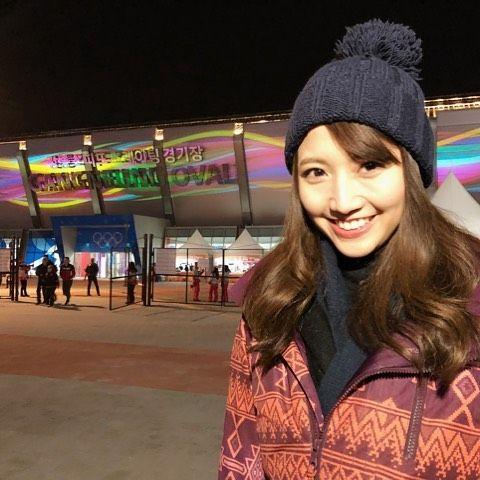 オリンピック会場で小平選手悲願の金メダルを喜ぶ三田友梨佳アナの画像