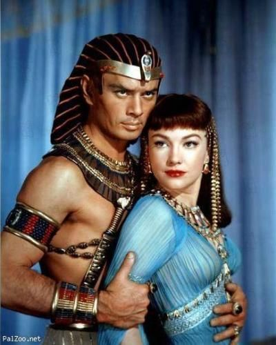 Yul Brynner (with Ann Baxter in 'The Ten Commandments'). The costume design was in charge of Edith Head, Dorothy Jeakins, Arnold Friberg and Ralph Jester.