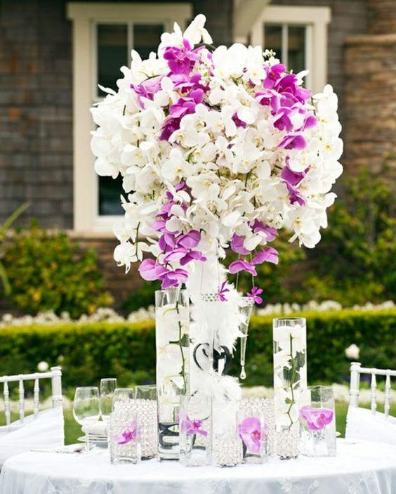 Blumen am Tisch arrangieren lila weiße Farbe Orchideen