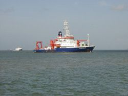 Das Forschungsschiff Meteor beim Einlaufen in Port of Spain