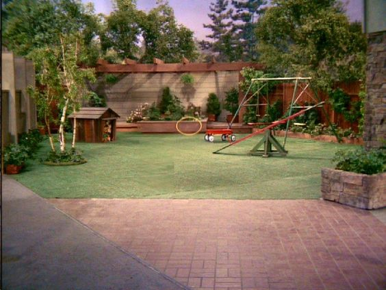 the brady bunch backyard:
