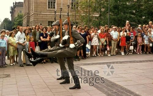 Neue Wache in Berlin, 1973 Juergen/Timeline Images #1970er #Berlin #Ostberlin #DDR  #GDR #Ostdeutschland #EastGermany #NVA #Soldaten #Schritt #Marschieren #Ablösung #Gewehre #Publikum