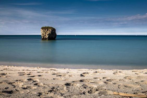 Tra Torre Specchia e San Basilio, Melendugno; uno scoglio isolato nel mare guardiano della costa
