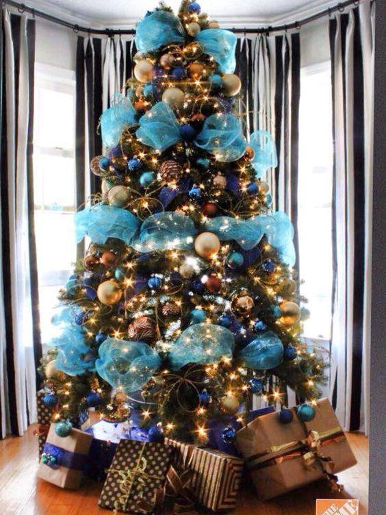 Arboles De Navidad En Azul Con Mallas Arboles De Navidad En Azul Decoracion Azul Par Turquoise Christmas Beautiful Christmas Trees Christmas Tree Decorations