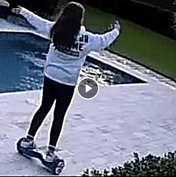 Esta jovem teve que pular na piscina obrigada.