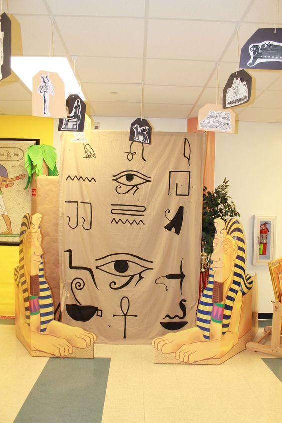 Al ver esta imagen me ha inspirado que con esta decoración se puede hacer un trono para el delegado del día en un aula de educación infantil, convirtiéndole en faraón por un día. Para ello utilizaríamos una de sus sillas y la adornaríamos con motivos egipcios. Pudiendo colocar también la decoración que aparece en la imagen y en medio la silla decorada simulando el trono en un palacio egipcio.