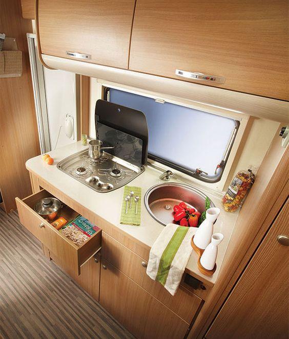 El diseño y el confort no están reñidos con la decoración de caravanas ,  el uso de la madera y los colores neutros ........