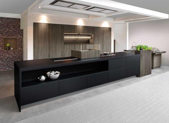 Moderne keuken met langwerpig kookeiland. Deze keuken bevat ...