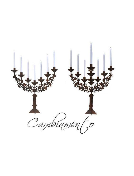Kies steeds je kandelaar: vandaag 7 of 13 kaarsen?   De Cambiamento is het toppunt van modulair(iteit)! Afhankelijk van de plaats aan tafel, de ruimte of de aangelegenheid is de kandelaar aan te passen met 2 of 4 armen; 7 (Perfetto) of 13 kaarsen (Tredici)!   De basisvorm van de Cambiamento  is afgeleid van een Menorah (een Joodse kandelaar met 7 kaarsen) die een moderne twist heeft gekregen door de vorm te stileren en gebruik te maken van 2 mm laser gesneden plaatstaal.