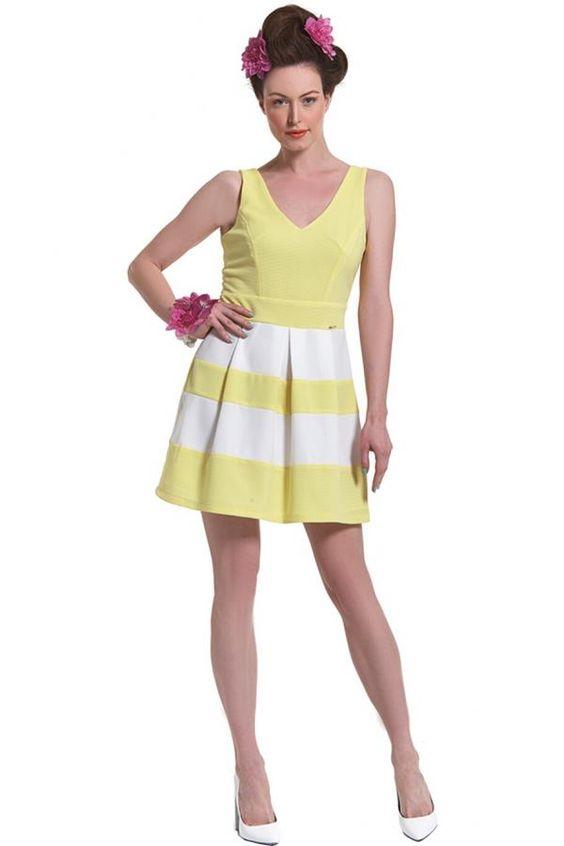 Φόρεμα πικέ ελαστικό δίχρωμο με κόψιμο στη μέση και φούστα σε γραμμή κλος με πιέτες και μήκος πάνω από το γόνατο