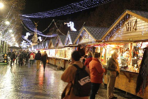 Du 20 novembre 2015 au 3 janvier 2016, Reims se prépare pour Noël en accueillant un Marché de Noël composé de 135 chalets, un royaume destiné aux enfants qui souhaiteraient apercevoir le Père Noël ou encore la patinoire. Sur le parvis de la Cathédrale de Reims, le village des artisans accueille des créateurs de bijoux, des potiers, des céramistes ou des chocolatiers ainsi qu'une crèche italienne reconstituée dans une étable.